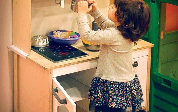 Kuchnia drewniana dla dzieci, czy to dobry pomysł na prezent dla dziecka?